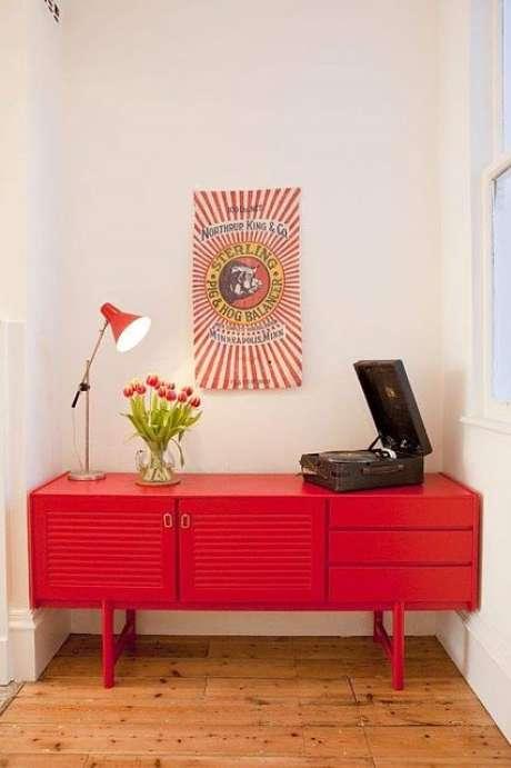 9. Casa com aparador retro vermelho e vitrola na decoração – Foto Café para Viajar