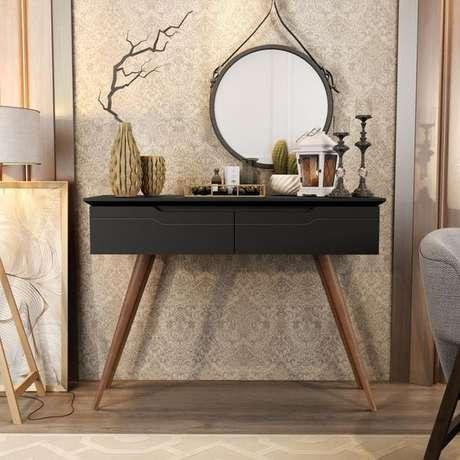 13. Aparador com gavetas retro preto na sala de estar – Foto Lojas RPM