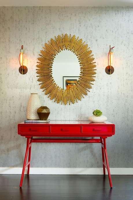 12. Aparador retro vermelho com espelho dourado – Foto Pinterest