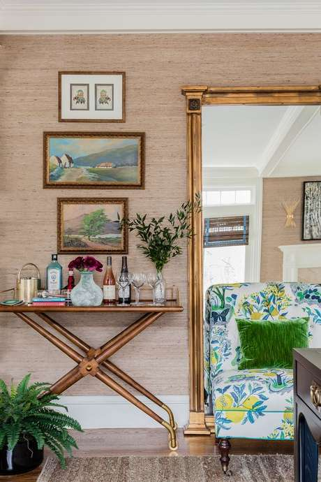 24. Aparador retrô de madeira – Foto Robing Annon Interiors