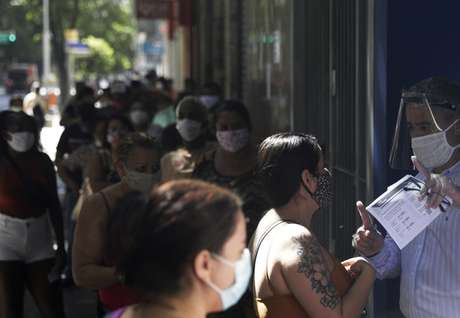 Pessoas aguardam em fila de agência da Caixa para tentar receber auxílio emergencial 27/04/2020 REUTERS/Ricardo Moraes