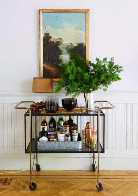 33. Aparador retro bar na entrada de casa – Foto Lonny