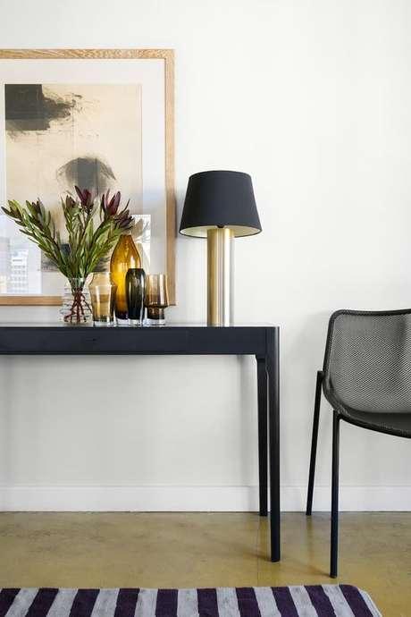 35. Aparador retro azul marinho na sala clássica – Foto Apartment Therapy