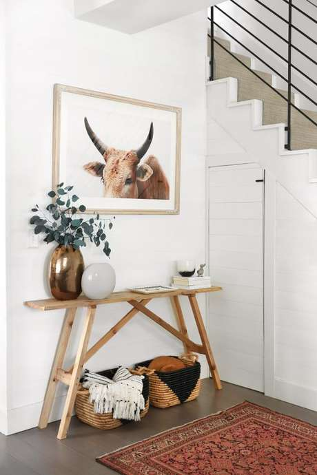 2. Aparador retrô na entrada de casa – Foto Inspydiy