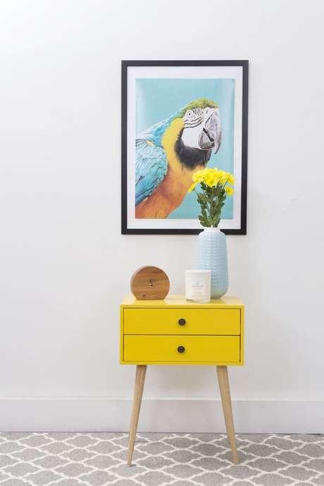 37. Aparador retro amarelo com quadro moderno – Via Zanui