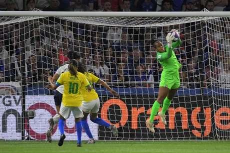 Bárbara, durante partida da Seleção Brasileira feminina (Foto: LOIC VENANCE / AFP)