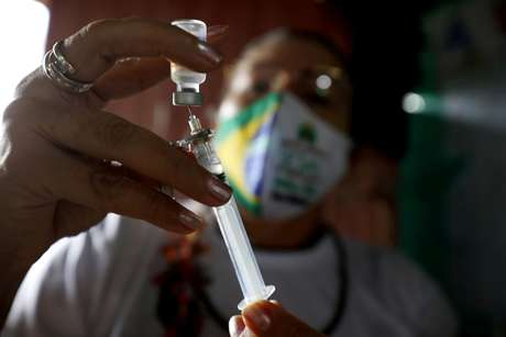 Agente de saúde do Distrito Sanitário Especial Indígena de Manaus prepara dose da vacina contra coronavírus Sinovac CoronaVac (COVID-19) na Aldeia São José, Terra Indígena Rio Urubu, da etnia Mura, nas margens do rio Urubu, em Itacoatiara, estado do Amazonas, Brasil