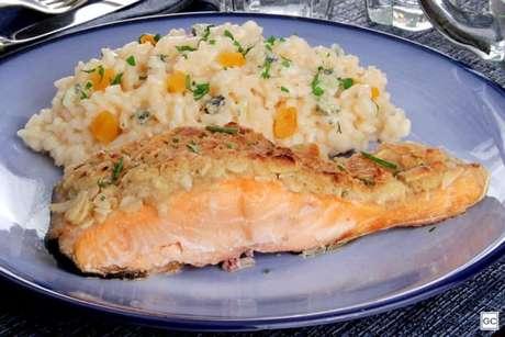 Guia da Cozinha - Salmão com crosta crocante e risoto agridoce para um jantar especial
