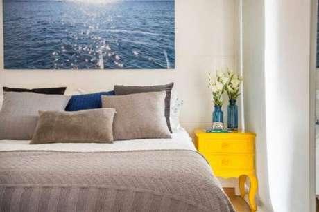 6. A mesa de cabeceira retrô amarela ilumina a decoração do quarto. Fonte: Pinterest