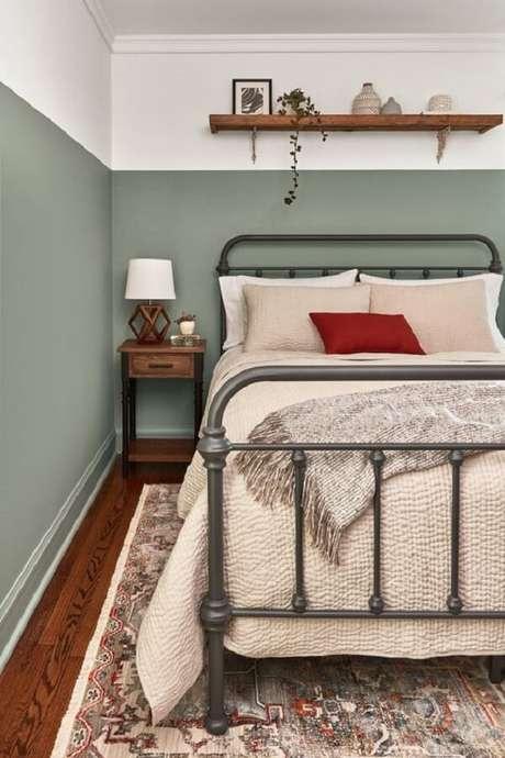 19. Cabeceira de ferro e mesa de cabeceira retrô de madeira decoram o quarto de casal. Fonte: Pinterest