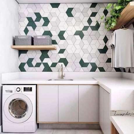 43. Decoração com revestimento moderno e prateleira para lavanderia Foto: ProjetaArte