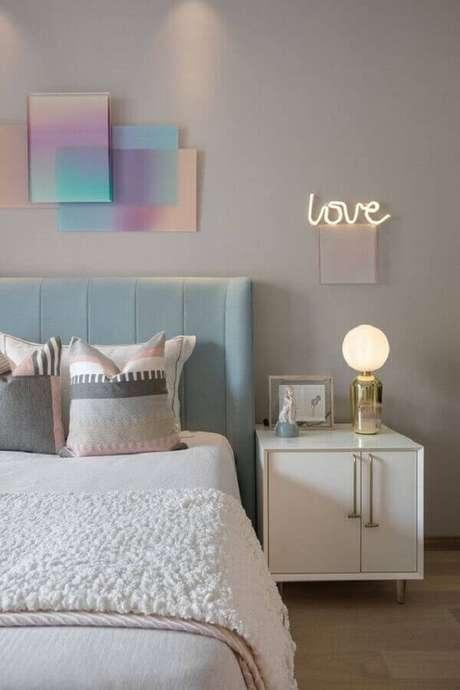34. Mesa de cabeceira retrô branca para decoração de quarto em tons pastéis. Fonte: Pinterest