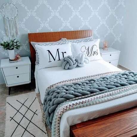 54. Quarto de casal romântico com papel de parede delicado e mesa de cabeceira retrô branca. Fonte: Renides Eller