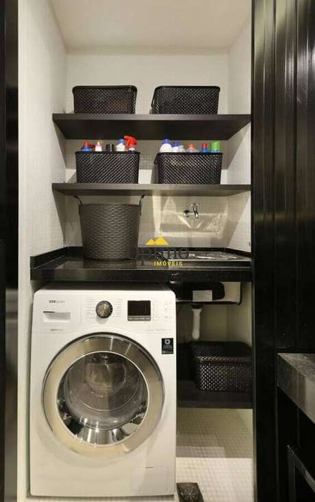 45. Decoração com prateleira para lavanderia pequena preta e cinza. Foto: Monise Rosa