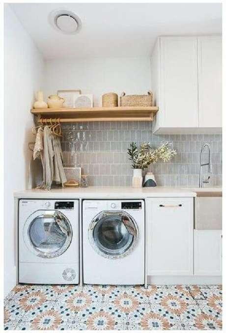 27. Prateleira de madeira para lavanderia decorada com piso antigo. Foto: Apartment Therapy