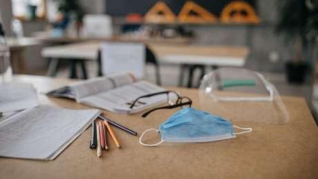 Entre orientações para retorno de aulas presenciais está uso de máscara e álcool em gel e que as janelas das salas estejam abertas