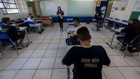 Pelo país há diversos relatos de professores que foram infectados pela covid-19 após o retorno das aulas presenciais
