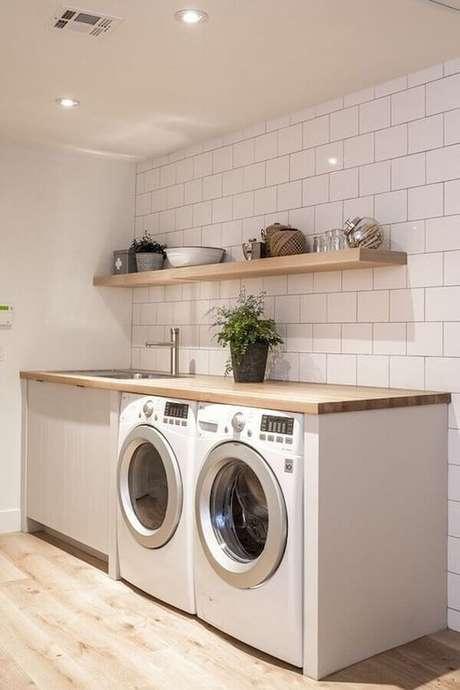 51. Bancada e prateleira de parede para lavanderia simples todo branca. Foto: Pinterest