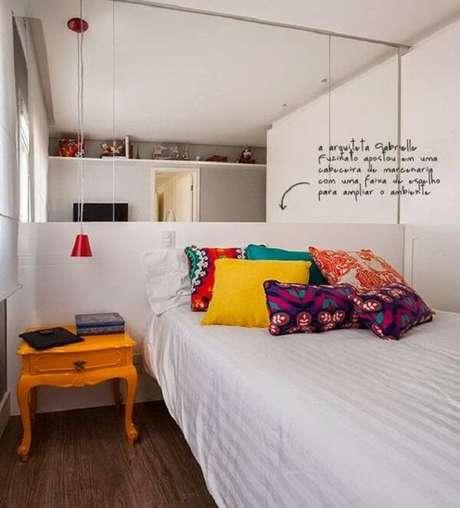 42. Modelo de mesa de cabeceira retrô amarela para decorar o dormitório. Fonte: Jeito de Casa