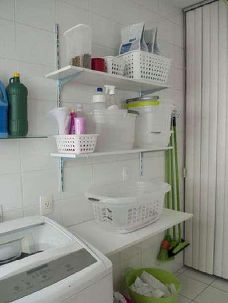 32. Decoração simples com prateleiras organizadoras para lavanderia. Foto: Pinterest