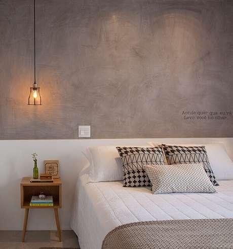 15. A parede de cimento queimado e a mesa de cabeceira retrô trazem personalidade para o quarto. Projeto por Bruno Moraes Arquitetura e Interiores