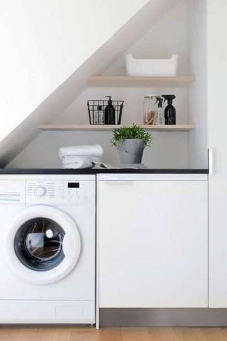 15. Prateleira para lavanderia pequena embaixo da escada. Foto: Pinterest