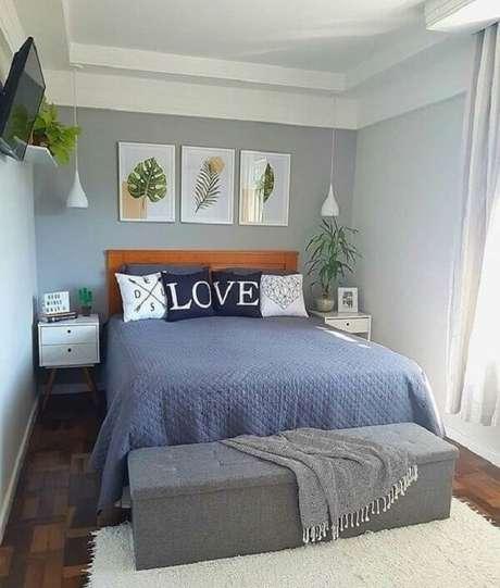2. Decoração de quarto de casal com quadros de folhas e mesa cabeceira retrô branca. Fonte: Decoração 24