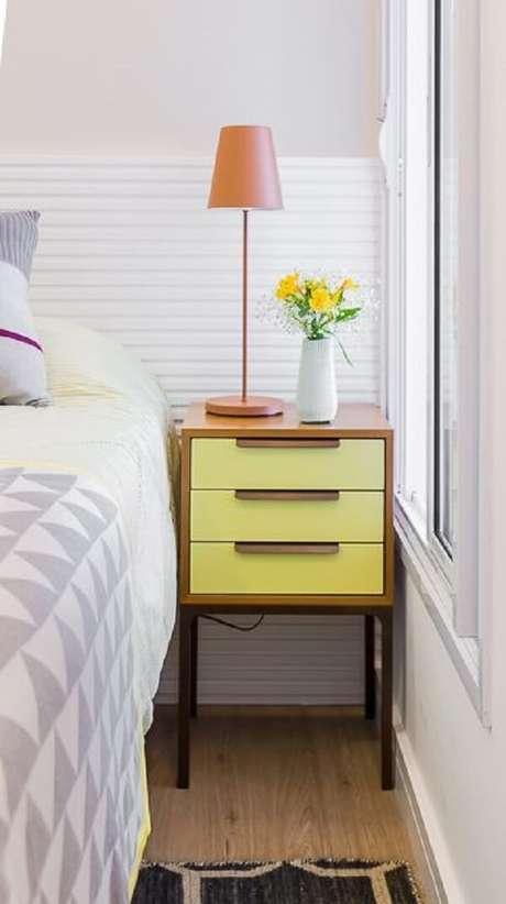 29. Mesa de cabeceira de madeira com gavetas amarelas. Projeto por Duda Senna