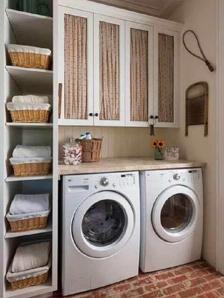 36. Decoração simples com prateleira para lavanderia com bancada de madeira. Foto: Etsy