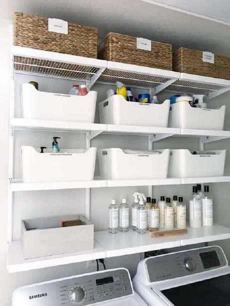 22. Prateleira para lavanderia decorada com caixas organizadoras. Foto: Simply Organized