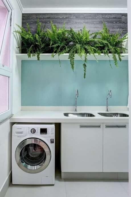 9. Vasos de plantas para decoração de prateleira para lavanderia. Foto: Conexão Décor
