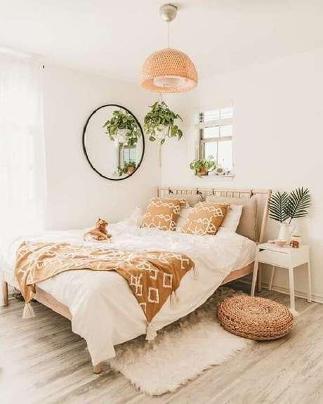 35. Mesa de cabeceira retrô branca se conecta com a decoração clean do dormitório. Fonte: Pinterest