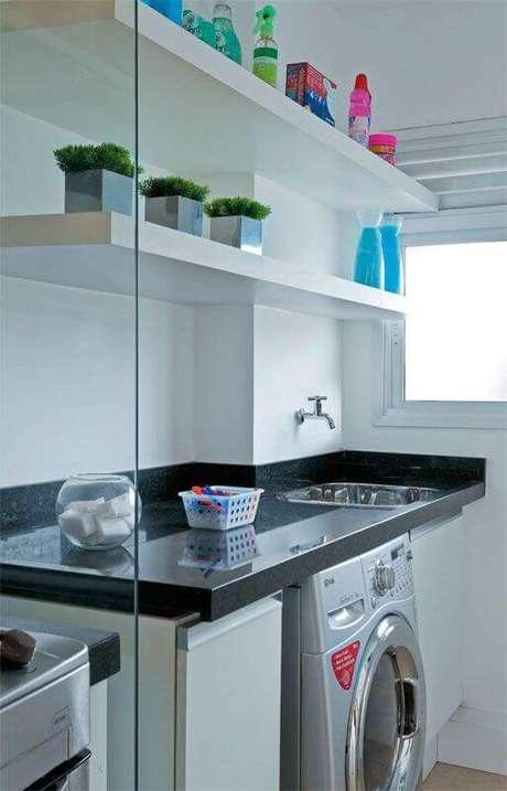 18. Prateleira para lavanderia pequena decorada com divisória de vidro Foto: Pinterest