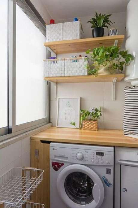 26. Prateleira de madeira para lavanderia pequena e simples. Foto: Houzz