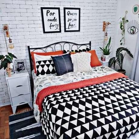 32. Mesa de cabeceira retrô branca com três gavetas foram posicionadas ao lado da cama de casal. Fonte: Cafofo 208
