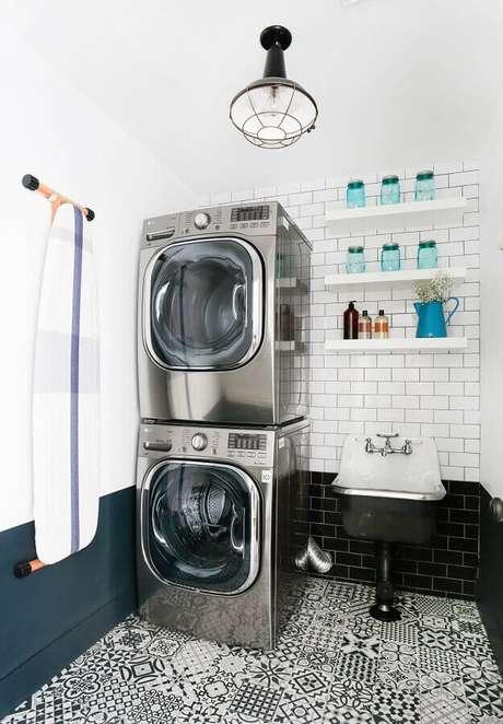 23. Prateleira de parede para lavanderia decorada preta e e branca. Foto: Houzz