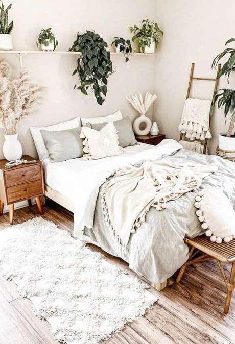 47. O estilo boho invade a decoração desse quarto com mesa de cabeceira retrô. Fonte: Pinterest
