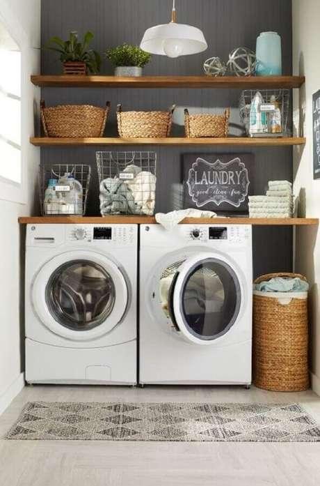 52. Bancada e prateleira de madeira para lavanderia pequena. Foto: Overstock