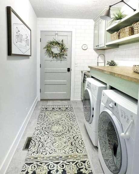 19. Prateleira para lavanderia decorada em tons de cinza com bancada de madeira. Foto: Pinterest