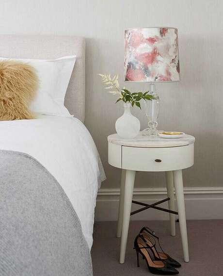 43. Modelo de mesa de cabeceira retrô com tampo redondo branco e pés palitos. Fonte: Pinterest