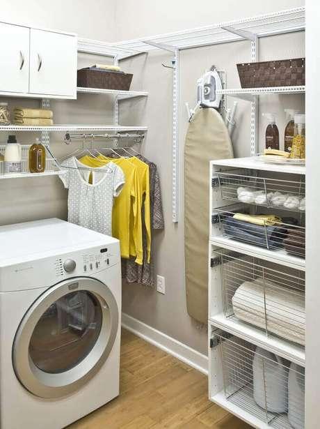 34. Decoração simples com prateleiras organizadoras para lavanderia. Foto: Houzz
