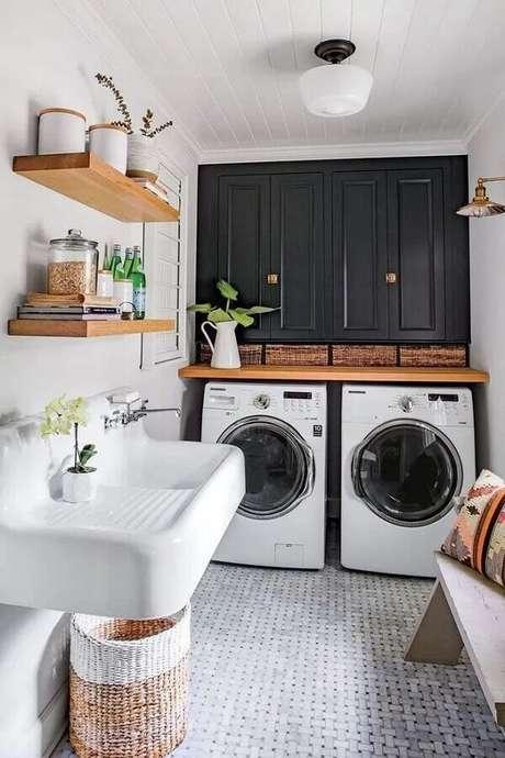 42. Decoração com prateleira para lavanderia preta e branca. Foto: Manual da Obra