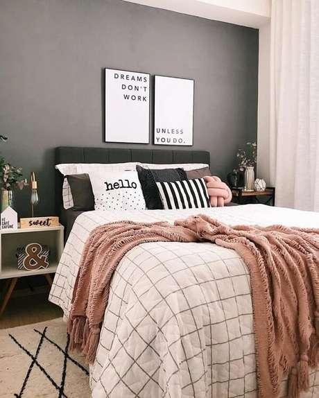 12. A mesa de cabeceira retrô complementa com estilo a decoração desse quarto de casal. Fonte: Pinterest