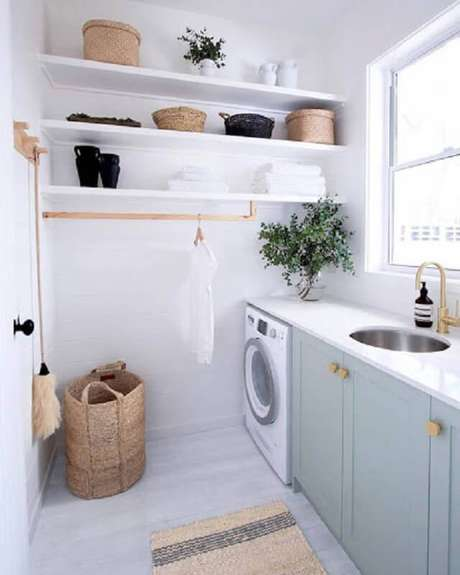 1. Decoração clean com prateleira para lavanderia planejada. Foto: Miranda Bastos