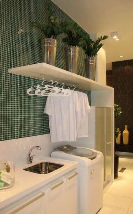 25. Prateleira de parede para lavanderia decorada com pastilhas de parede. Foto: Perfeita Ordem