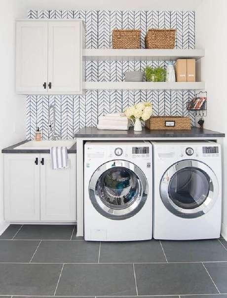 8. Prateleira planejada para decoração de lavanderia branca e cinza Foto: Home Fashion Trend