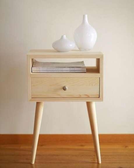 40. Mesa de cabeceira retrô feito de madeira com pé de palito. Fonte: Nichos Decorações