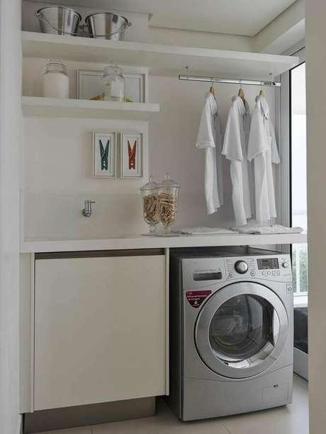 7. Decoração clean com prateleira para lavanderia pequena planejada com cabideiro. Foto: Ornare