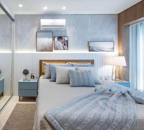57. Tons de azul invadem a decoração desse quarto com mesa de cabeceira retrô. Fonte: Bruna Nunes