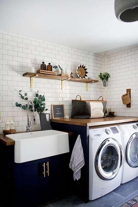 29. Prateleira de madeira para lavanderia branca e azul decorada com bancada planejada de madeira. Foto: Pinterest